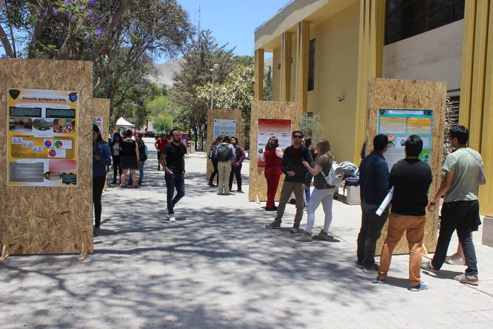 Estudiantes de Geología realizaron llamativa exhibición en pasillo central del Campus Norte